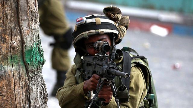 """חייל צה""""ל באזור חברון (צילום: EPA) (צילום: EPA)"""