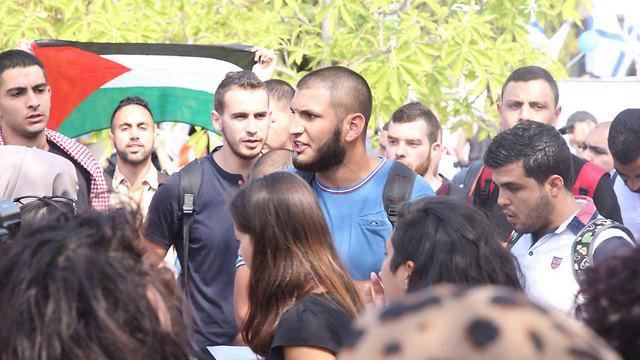 ומולם מחאת סטודנטים ערבים  (צילום: מוטי קמחי) (צילום: מוטי קמחי)