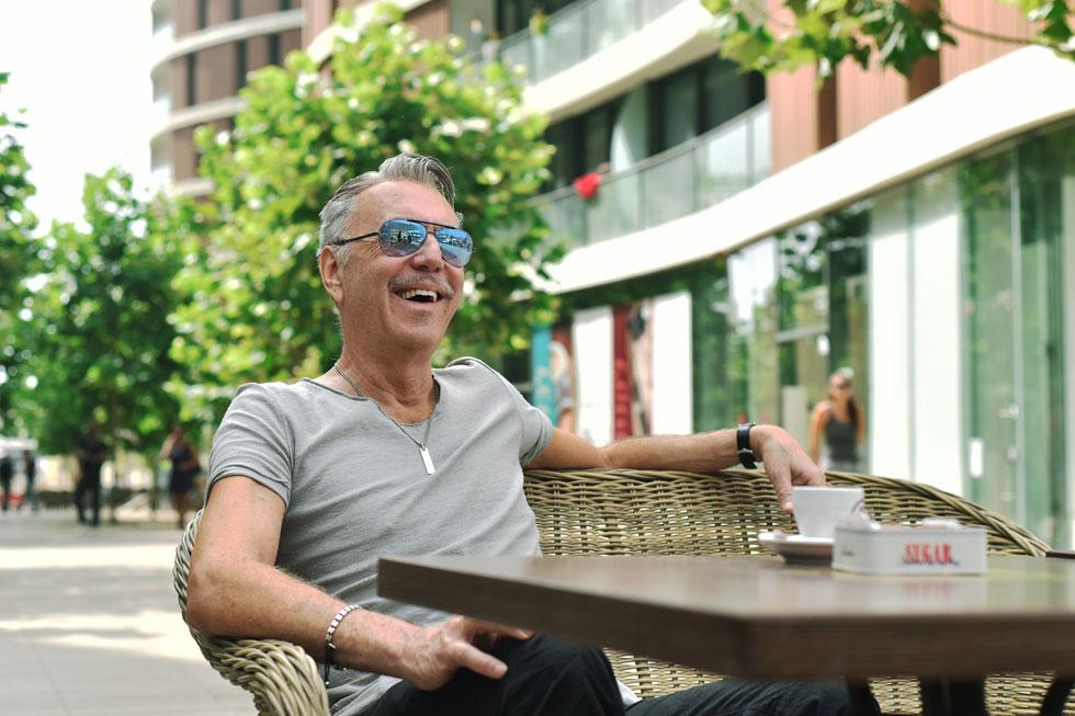 אילן פיבקו ברחבה של ''רביעיית פלורנטין'' בתל אביב: ''גיל 60 הוא ה-40 החדש. לצד הארטי טרטי שמעניין צעירים ואמנים, בעלי הנכסים החדשים הם בעלי יכולת, הם יכולים להרים את החידוש והפיתוח של האזור וכולם יוצאים נשכרים'' (צילום: סיוון אלירזי)