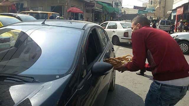 פלסטינים בדורא חילקו ממתקים לאחר הפיגוע  ()