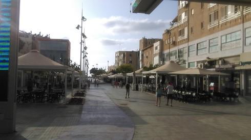 מדרחוב הרצל בנתניה. שודרג במסגרת צעדים להחייאת העיר ()