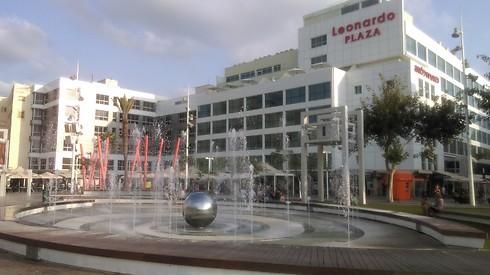 כיכר העצמאות בנתניה. השיפוץ הגדיל את הפוטנציאל של הטיילות החדשות בעיר ()
