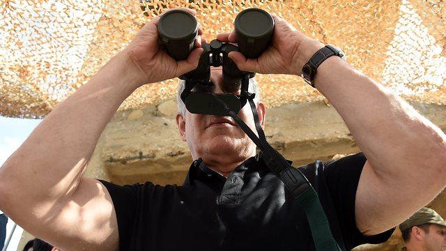 """רואה למרחוק? נתניהו צולם כמו עמיר פרץ (צילום: חיים הורנשטיין """"ידיעות אחרונות"""") (צילום: חיים הורנשטיין"""