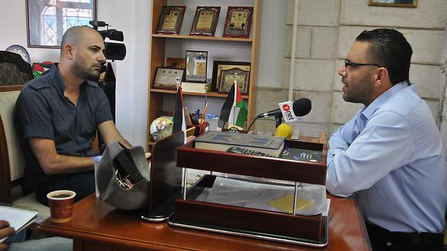 עדנאן ע'ית וכתב ynet. אל תטעו באבו מאזן (צילום: עפר מאיר) (צילום: עפר מאיר)