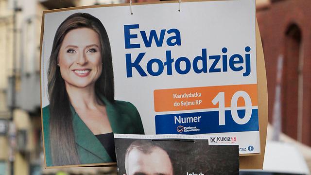 """""""משתמשים בהן כפנים הרכות - כדי לחזור בהמשך"""". נשים בכרזות בחירות בפולין (צילום: AP) (צילום: AP)"""