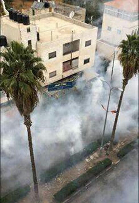 גז מדמיע נורה לעבר המפגינים ()