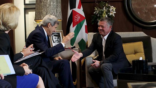 מזכיר המדינה האמריקני קרי עם המלך עבדאללה, היום בעמאן (צילום: רויטרס)