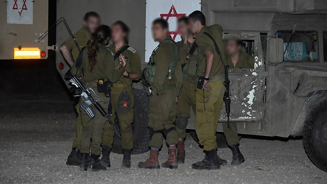 IDF troops searching for paraglider (Photo: Efi Shrir)