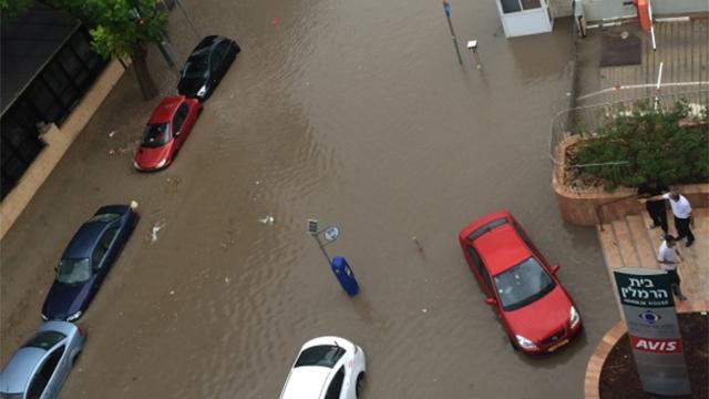 הצפה ברחוב הסדנאות בהרצליה (צילום: רותם בר) (צילום: רותם בר)
