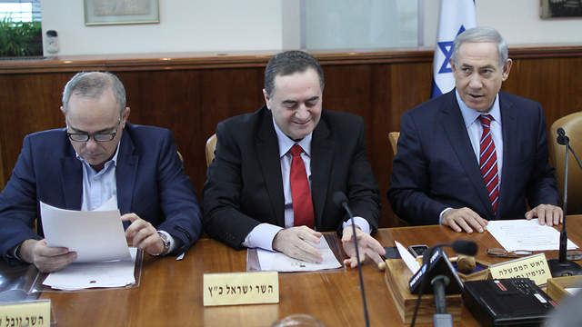 Benjamin Netanyahu and Israel Katz in the weekly cabinet meeting. (Photo: Alex Kolomoisky, Yedioth Ahronoth)