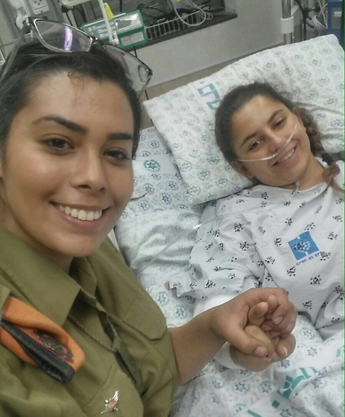 Lihi Malka, who shot the terrorist, visits Dikla Megidish, who was stabbed, at the hospital (Photo: IDF Spokesman)