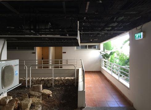 צנרת שרופה בתקרה של אחת מקומות המגורים (צילום: איתי סיקולסקי)