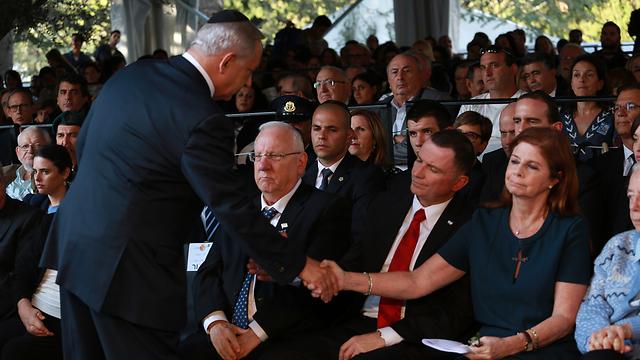 Prime Minister Netanyahu, standing, shakes the hand of Rabin's daughter Dalia Rabin-Pelossof (Photo: Tali Mayer)