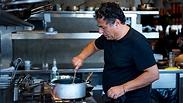 חיים כהן מטפל בסיר, מסעדת יפו תל אביב (צילום: ירון ברנר)