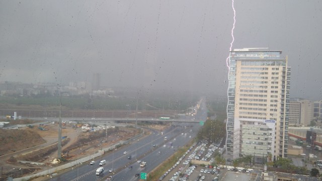 Rains in Petah Tikvah (Photo: Udi Levin)