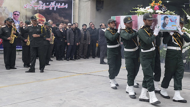 הלוויית לוחם משמרות המהפכה שנהרג בסוריה (צילום: רויטרס) (צילום: רויטרס)