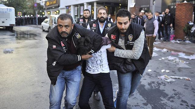 פשיטה על מערכת ערוץ טלוויזיה בטורקיה (צילום: רויטרס) (צילום: רויטרס)