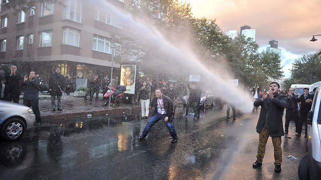 """זרנוקי מים נגד המפגינים באיסטנבול שבאו להזדהות עם ערוץ """"קאנאל טורק"""" (צילום: AFP) (צילום: AFP)"""