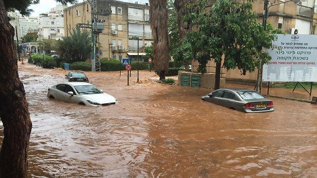 Cars became sinking boats in Kfar Saba. (Udi Gelbshtein)