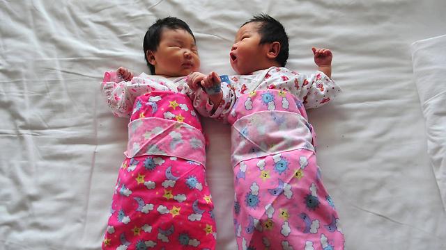 מותר גם אחים. פעוטות סינים (צילום: AFP) (צילום: AFP)