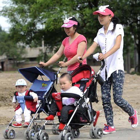 חלומות על דיסנילנד. אמהות צעירות בסין (צילום: AFP)