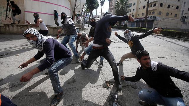 מתפרעים פלסטינים בחברון (צילום: EPA) (צילום: EPA)