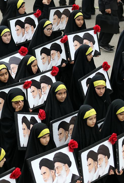 הארגון השיעי הלבנוני חיזבאללה ערך בנבטייה מצעד ביום ה-13 של חודש מוחרם, החודש הראשון בלוח השנה המוסלמי. חודש מוחרם הוא חודש של אבל, ששיאו ביום עשורא. שיאו של חודש זה הוא ביום העשורא, יום מותו של האימאם חוסיין, בנו של החליף הרביעי עלי בן אבי טאלב (צילום: AFP) (צילום: AFP)