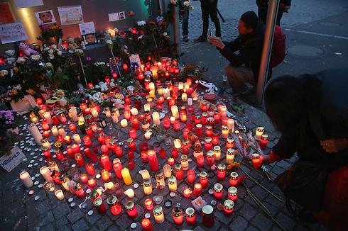 אתר הנצחה בברלין לזכרו של הפליט הבוסני בן ה-4 מוחמד ג'נוזי שנחטף במרכז לרישום מהגרים ונרצח על ידי גבר בשם סילביו ס. בן ה-32 (צילום: gettyimages) (צילום: gettyimages)