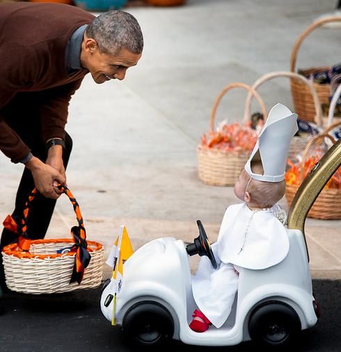 """הנשיא האמריקני ברק אובמה ורעייתו מישל אירחו יותר מ-4,000 ילדים בבית הלבן במסיבה השנתית לכבוד האלווין. עשרות נסיכות וגיבורי-על השתתפו בתחרות התחפושות, אך היה זה פעוט על """"פופמוביל"""" שכבש את הזוג הראשון (צילום: AP) (צילום: AP)"""
