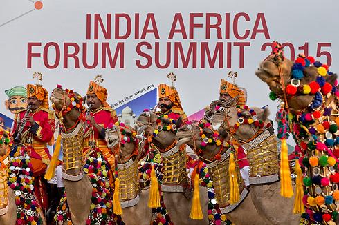 """חברי להקת משמר הגבול ההודי מקבלים  את פניהם של באי ועידת """"פורום הודו אפריקה"""" שנערך בניו דלהי. במהלך הוועידה יבדקו כיצד יכולות השקעות הודיות וטכנולוגיה הודית לסייע לפיתוחה של אפריקה (צילום: AP) (צילום: AP)"""