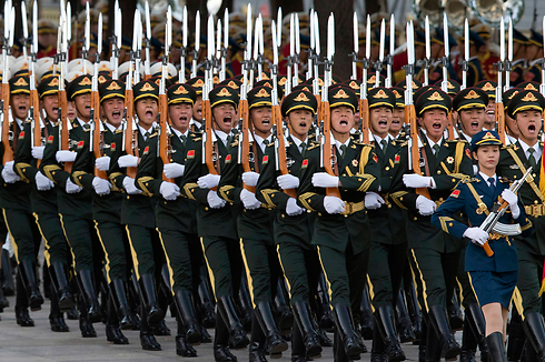 משמר הכבוד הסיני בטקס קבלת פנים בבייג'ינג למלך הולנד וילם-אלכסנדר (צילום: AP) (צילום: AP)