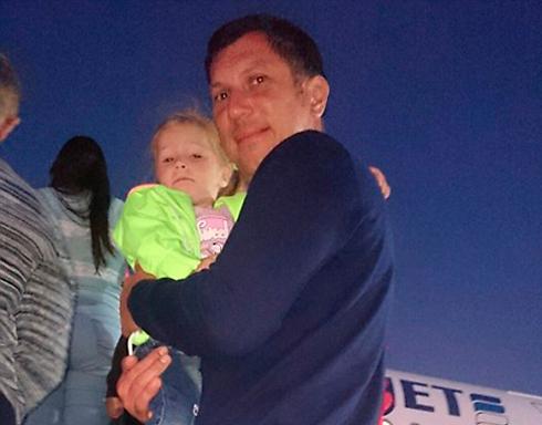יורי ובתו אנסטסיה עולים למטוס ()