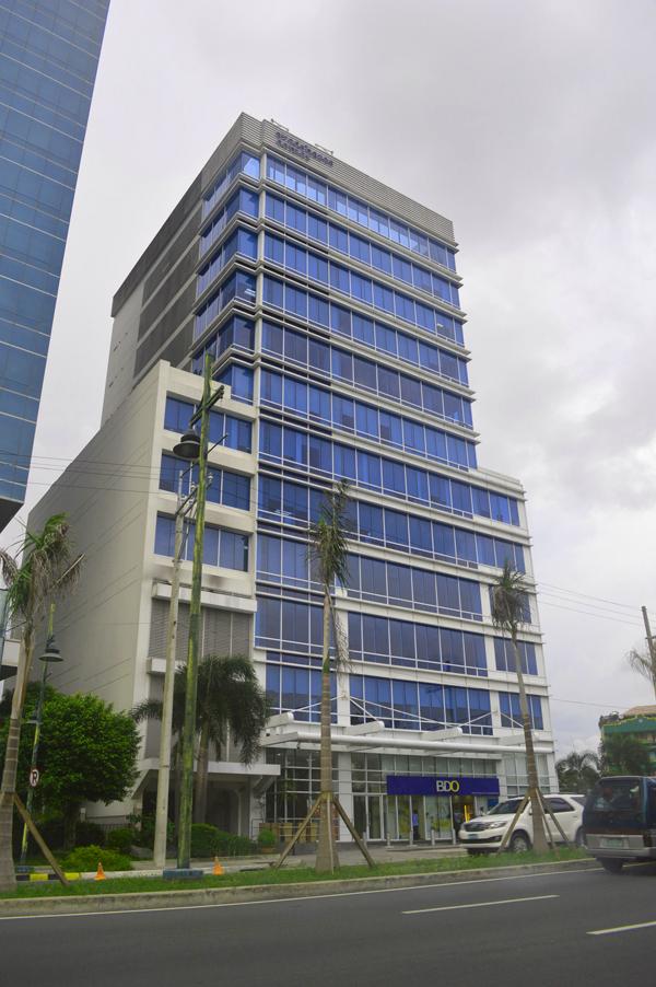 המגדל שבו שוכנת שגרירות ישראל במנילה (צילום: שי ילין)