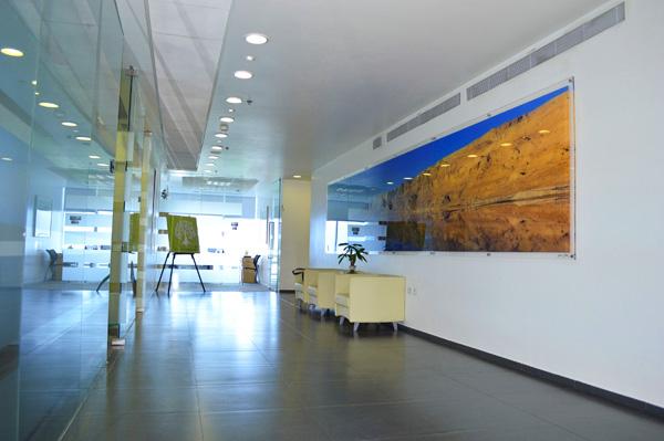 המסדרון ותמונת ים המלח (צילום: שי ילין)