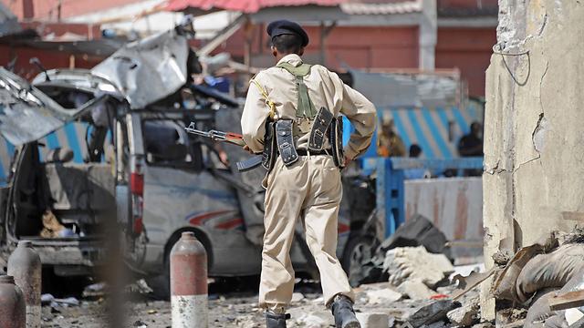 חייל בזירת הפיגוע במוגדישו (צילום: AFP) (צילום: AFP)