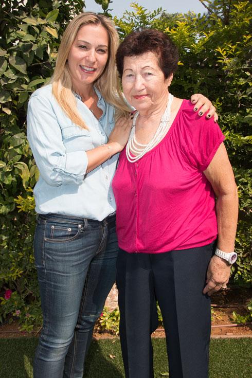 """הילל עם סבתה חיה. """"הדמויות משתנות והסיפורים משתלבים"""" (צילום: ירדן מרקוס)"""