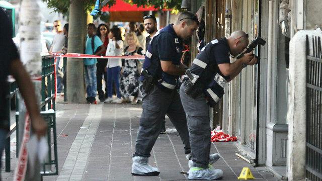 Investigators photograph the scene in Rishon LeZion (Photo: Avi Moalem)