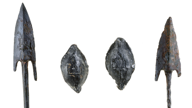 Bronze arrowheads and lead slingstones found at the site (Photo: IAA)