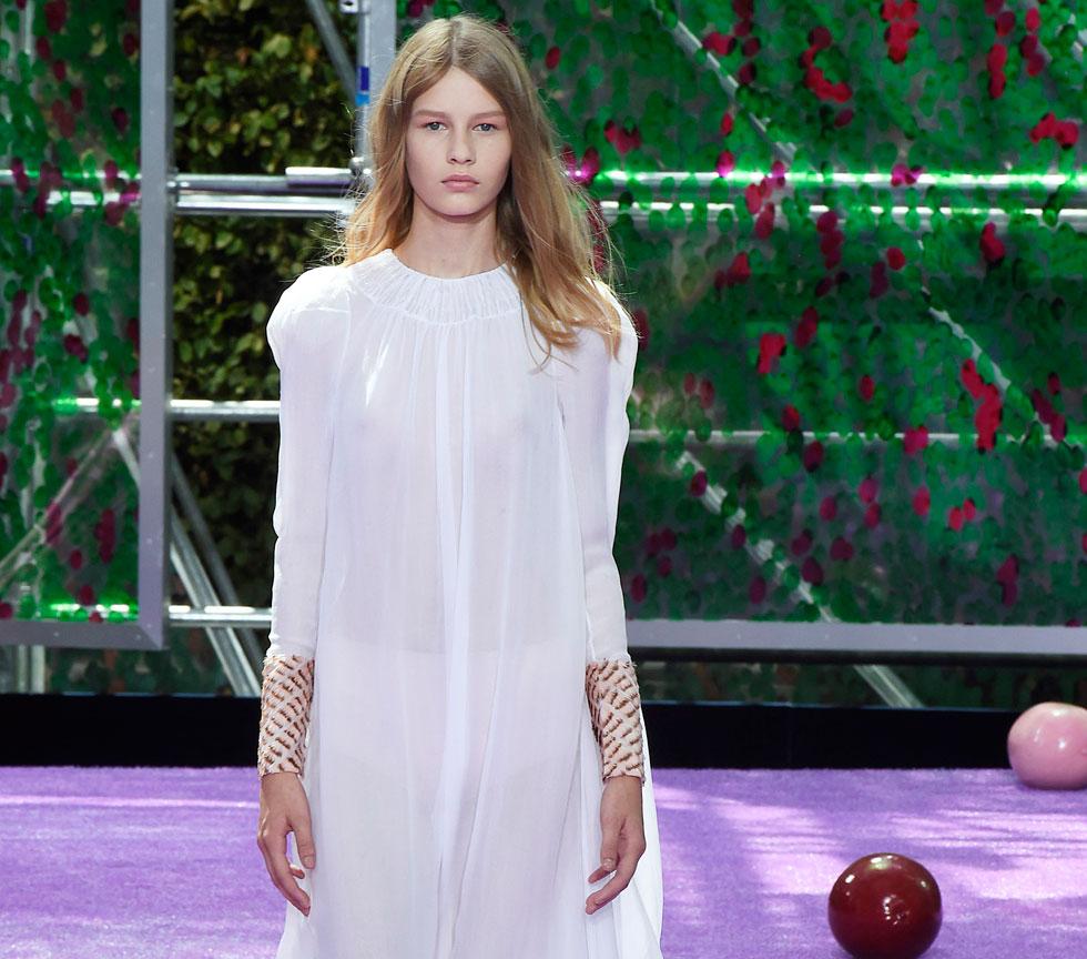רצף של ליהוקי קטינות בבתי האופנה הגדולים בעולם. סופיה מצטנר בתצוגה של כריסטיאן דיור (צילום: gettyimages)