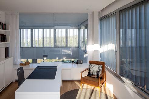 לחדר העבודה קיר זכוכית שפונה לסלון, שגובהו כפול (צילום: עמית גרון)