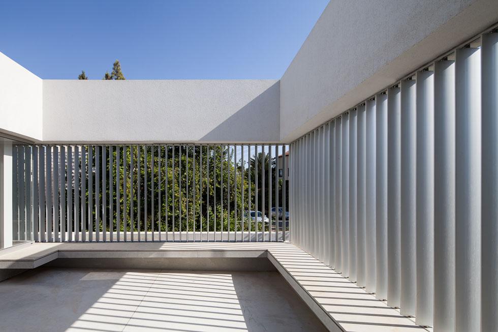 בתוך המרפסת נבנה ספסל היקפי מאבן. כאשר הילדים יגדלו הם יוכלו לעבור לקומה העליונה ולקבל מרחב משלהם (צילום: עמית גרון)