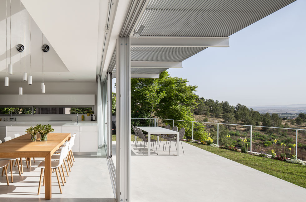 פרגולת אלומיניום מצלה על רחבת הבטון בחוץ (צילום: עמית גרון)