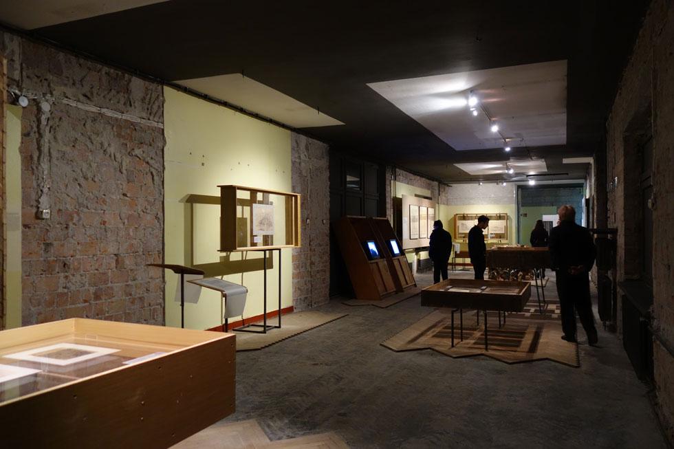 סיפורו של המקום שבו מתקיימת התערוכה משתלב עם התכנים המוצגים בה. השטח שעליו ניצב הבניין נמכר ליזם, שמתכוון לבנות בו מגדל (צילום: מיכאל יעקובסון)