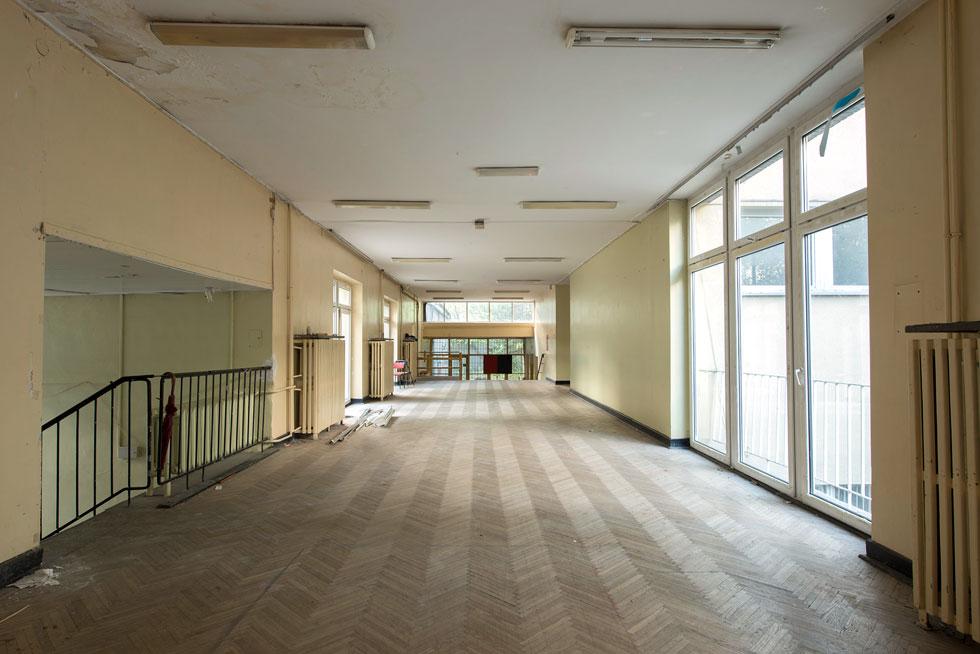 כך נראה בית הספר הנטוש לפני פתיחת התערוכה. חללי התצוגה שימשו בעבר ככיתות לימוד, כמעבדות וכמסדרונות (צילום: מיכאל יעקובסון)