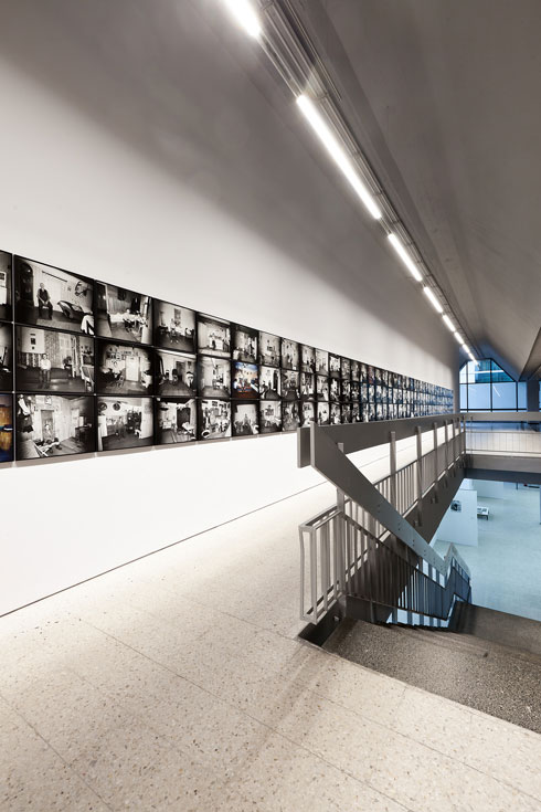 תערוכת הצילומים שמוצגת בו עכשיו (צילום: Bartosz Stawiarski)