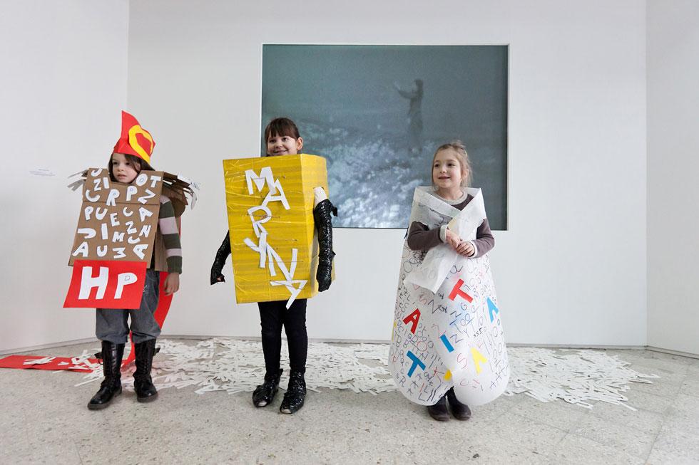 אורחים צעירים במוזיאון לאמנות מודרנית של ורשה, שמנהליו יזמו את התערוכה בבית הספר. גם הבניין הזה ייהרס בקרוב (צילום: Bartosz Stawiarski)