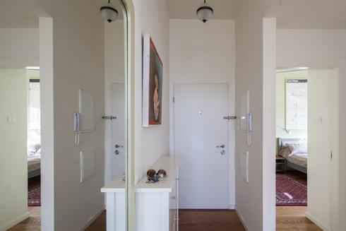 דלת הכניסה נפתחת למסדרון מרווח, שלאורכו החדרים ובסופו הסלון (צילום: טל ניסים )