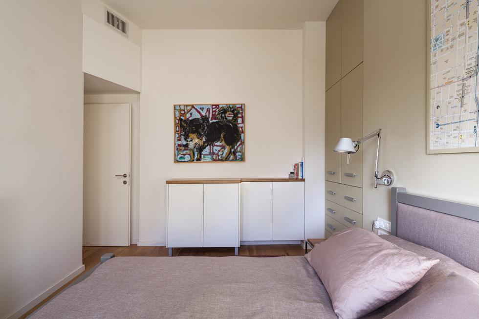 בחדרי השינה והעבודה  תלויות מפות גדולות וממוסגרות של פריז וניו יורק, תזכורת למקצועו ולמקורות ההשראה של וכסלר. פלטת הצבעים שקטה (צילום: טל ניסים )