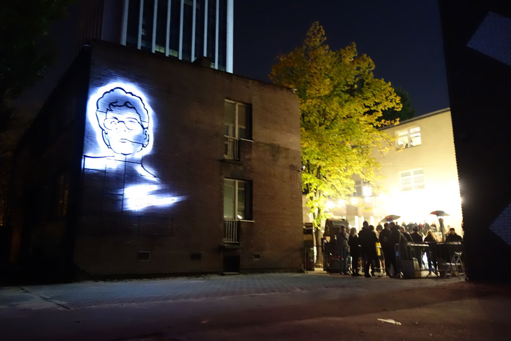 בחזית הבניין מתנוססת דמותה של יולנטה בז'סקה, פעילה חברתית מקומית, שנרצחה לאחר שהגנה על מפוני דיור (צילום: מיכאל יעקובסון)