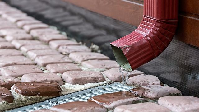 """בזבוז של מים. """"לחבר את המרזב לאדמה"""" (צילום: shutterstock) (צילום: shutterstock)"""